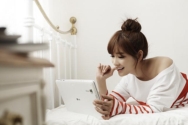 엎드려서 LG탭북을 보고 있는 공서영의 모습이다.