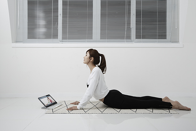 LG탭북으로 요가 자세를 보며 따라하고 있는 공서영의 모습이다.