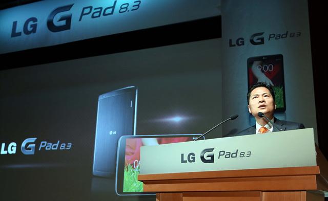 LG G Pad 기자간담회에서 발표하는 모습