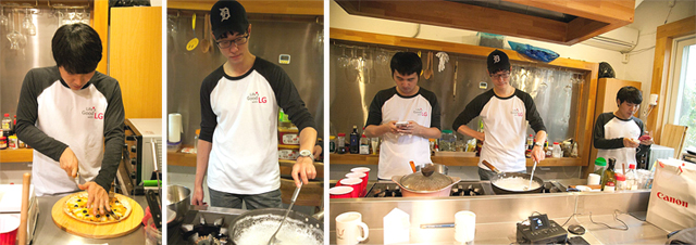 음식을 준비하고 있는 봉사자들의 모습이다.