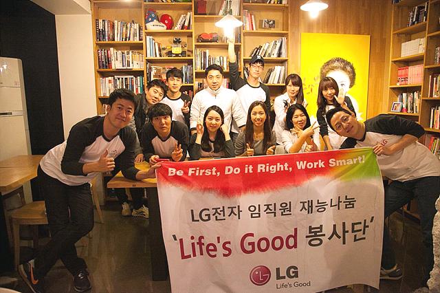 봉사단이 환하게 웃고 있는 단체 사진이다.
