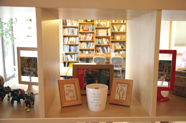 일일카페의 재능기부로 만들어진 작품들로 액자에 그림이 끼워져 있다.