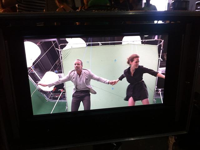 주인공인 로버트와 케이티가 몸에 와이어를 매달고 pink room을 날아 통과하는 장면을 촬영 중이다.