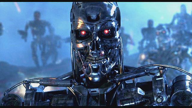 영화 터미네이터의 한 장면으로 해골 얼굴 모양의 은색 로봇이 빨간색 눈을 번뜩이며 쳐다보고있다