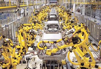 노란색 산업용 로봇 수십대가 자동차의 각 부품들을 조립하고 있다