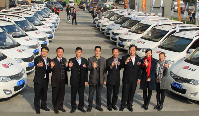 LG전자 중국법인은 최근 선양시에서 선양소비자협회 왕찐원 비서장(왼쪽에서 네번째), LG전자 중국법인 양빠이수 선양지사장(왼쪽에서 다섯번째) 등 관계자 100여 명이 참석한 '101 콰이러 서비스' 발대식을 개최했다.