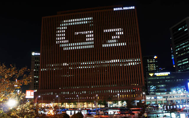 LG전자가 13일부터 남대문 서울스퀘어 건물 전면을 활용한 'LG G2' 조명 광고를 실시한다. 사진은 서울역에서 바라본 서울스퀘어 전면부