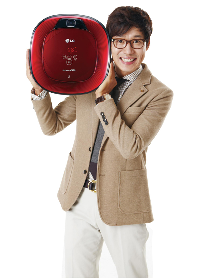 국민남편으로 사랑받고 있는 배우 유준상씨가 본인의 목소리를 탑재한 로봇청소기 '로보킹 유준상 스페셜 에디션'을 소개하고 있다.