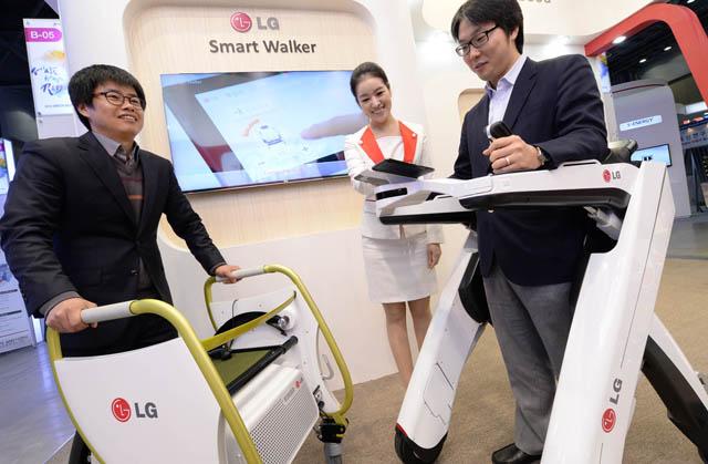 LG전자 연구원이 거동 불편한 노약자를 위한 전동 근력보조 시스템 '스마트 워커(Smart Walker)'를 시연하고 있다.