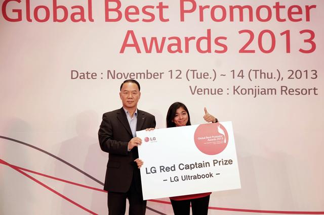 LG전자 글로벌마케팅부문장 김기완 부사장(왼쪽)이 13일 '우수 판매사례 경진 대회'에서 최우수상을 수상한 인도네시아법인 에바 에라워티(Eva Erawaty)씨(오른쪽)와 기념촬영을 하고 있다.