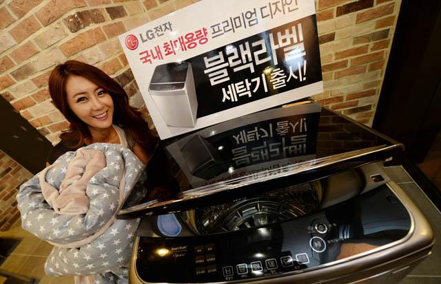 여성 모델이 서울 여의도 LG트윈타워에서 19kg 대용량 '블랙라벨' 세탁기를 소개하고 있다.