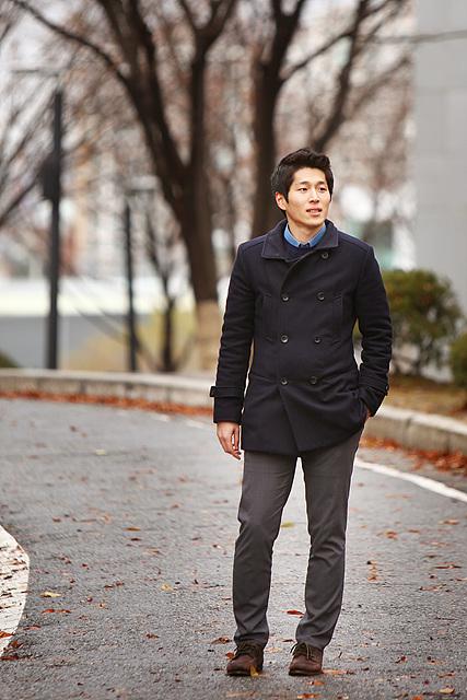 COO MediaPC 자재팀 김봉주 사원이 네이비 컬러자켓에 어두운 그레이톤 바지를 입고 서있다