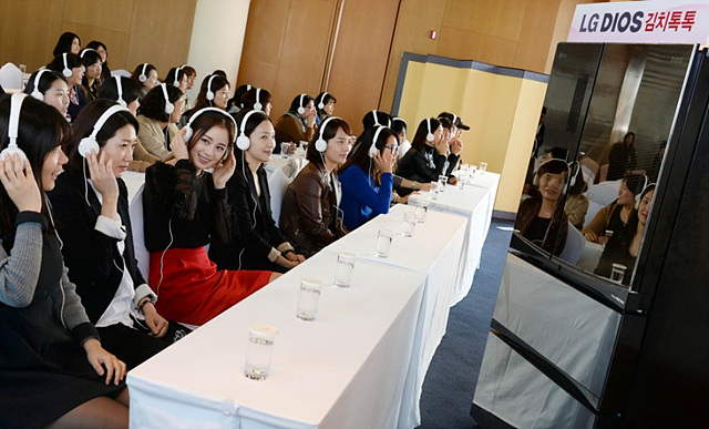 김치톡톡 소리를 듣는 김태희와 참가자들