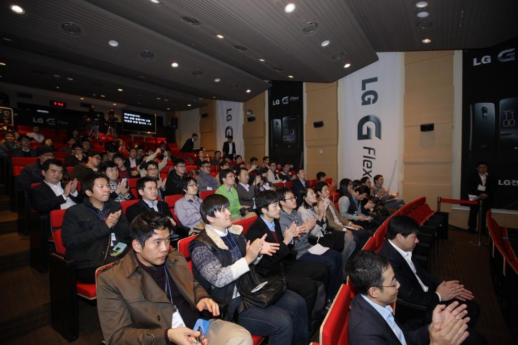 발표를 듣는 참가자들
