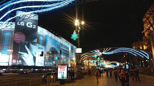 우크라이나 크레샤티크 거리에서 설치된 대형 LG G2 옥외광고 앞으로 많은 차들과 시민들이 지나가고 있다.