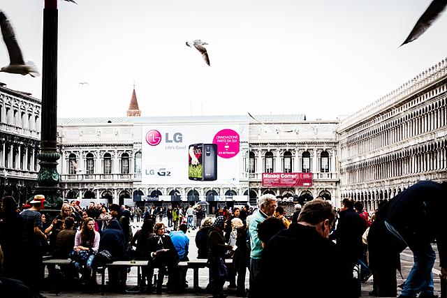 이탈리아 베니스, 산 마르코 광장 많은 관광객들 뒤로 건물에 설치된 LG G2 옥외광고(주간)가 보인다.