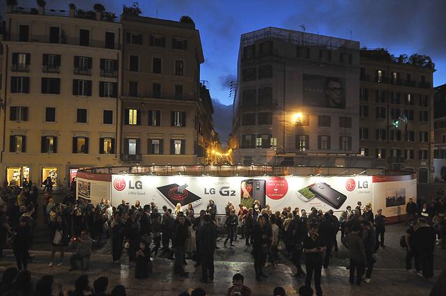 로마,스페인 광장에 설치된 LG G2 옥외광고 앞으로 많은 관광객들이 지나다니고 있다.