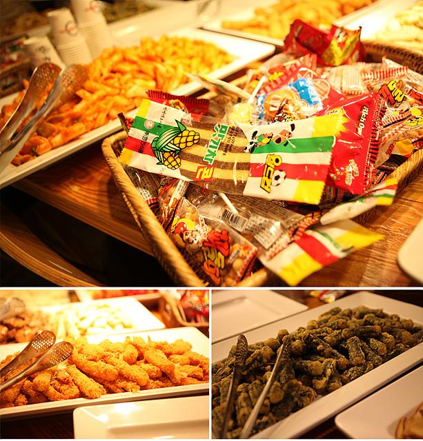 나눔데이 행사에 준비된 추억의 간식거리인 꾀돌이, 맛기차콘 등의 불량식품과 그 왼쪽에 떡볶이가 있다. 아래쪽엔 두가지 종류의 튀김이 있다.