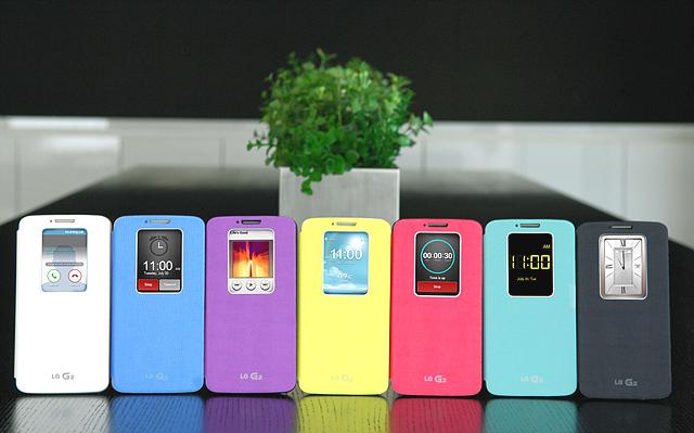 G2의 퀵커버로 화이트, 블루, 퍼플, 옐로우, 핑크, 스카이블루, 블랙의 색이 알록달록하게 세워져 있다. 그 뒤로는 조그만 화분이 보인다.