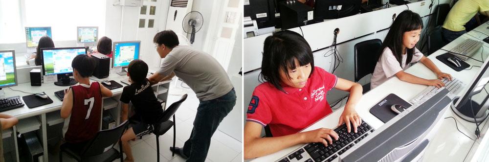 최우수봉사단의 사진으로 왼쪽은 아이들에게 컴퓨터 사용법을 알려주고 있는 사진이며 오른쪽은 여학생 2명이 컴퓨터를 사용하고 있는 모습이다.