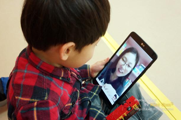 아이가 LG G Pad 8.3으로 엄마와 영상통화를 하고 있다.