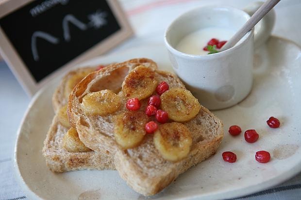 바나나토스트와 플레인 요커트가 하얀 접시에 예쁘게 올려져있다