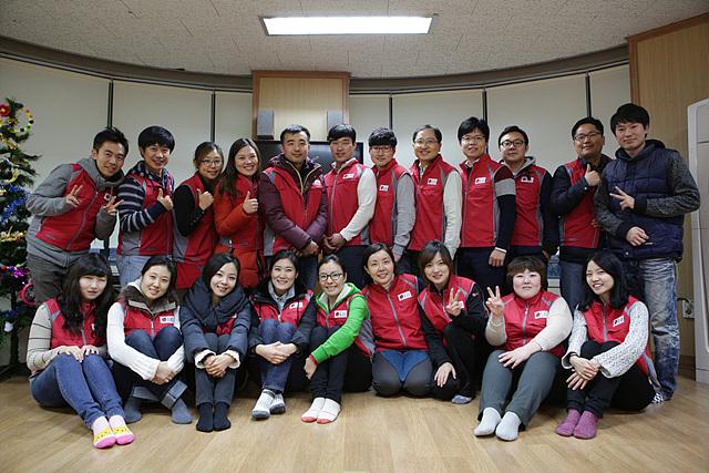 봉사 단원 20여명의 단체 촬영 모습