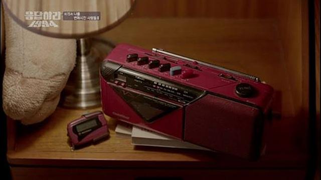 드라마 '응답하라 1994'에서 나온 금성의 카세트 레코더로 그 옆에는 조그만 삐삐가 놓여져 있다.