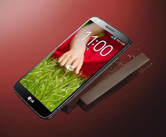 LG G2 제품 사진과 킷캣 초콜릿 사진