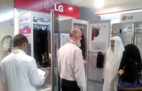 사우디아라비아 리야드에 위치한 LG전자 브랜드숍을 찾은 현지 고객들인 신개념 의류 관리기인 'LG 스타일러'를 둘러보고 있다.