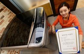 LG세탁기,'녹색기술' 인증 받았다. 서울 여의도 소재 LG트윈타워에서 여성 모델이 LG 세탁기의 '터보샷' 기술로 받은 '녹색기술' 인증서를 소개하고 있다. 제품은 이 기술을 적용한 LG '블랙라벨' 세탁기다.