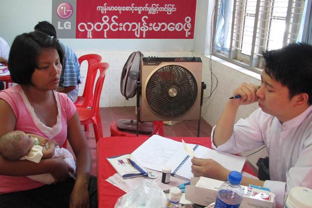 미얀마의 '삐이'지역에서 현지 주민을 대상으로 무료 진료를 하는 모습