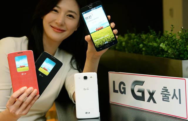 LG전자가 LG유플러스 전용 광대역 LTE기반의 라이프맟춤형 스마트폰 'LG Gx'를 출시한다. LG전자 모델이  'LG Gx'를 들고 있다.