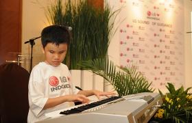 피아노 연주 중인 시각 장애 학생
