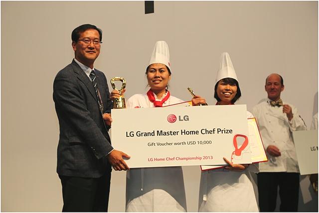 최종 우승을 하게 된 베트남 요리사 들이 기념패와 우승판을 들고 환하게 웃고 있다