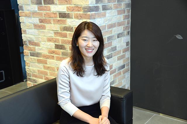 이소영 사원이 환하게 웃고 있다.