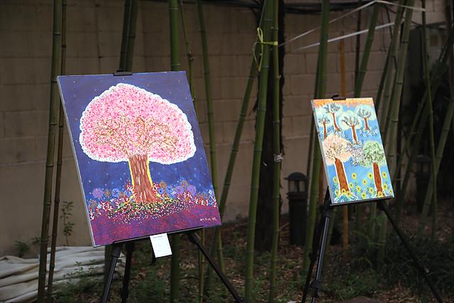 카페 야외에 전시된 그림들의 모습이다.