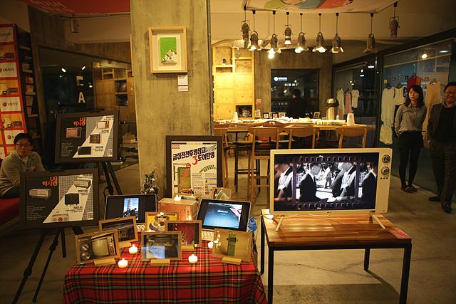 LG전자 나눔데이 행사장 내부의 모습, 앞쪽엔 옛 LG전자 제품들의 사진이 놓여 있는 포토테이블이 있고 오른쪽엔 LG전자 클래식 TV가 보인다. 멀리 케이터링 음식들이 놓여 있다.