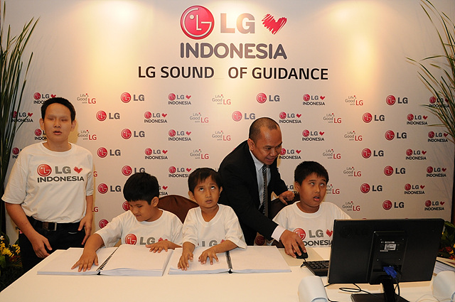 LG전자 인도네시아 법인의 디지털 마케팅 매니저, Andre Jatmika가 시각 장애 학생들을 위해 제작된 새 교육 도구를 학생들과 함께 사용하고 있다.