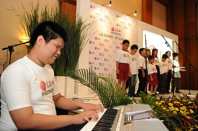 시작 장애 학생 합창을 하고 있는 학생 대표단과 함께 피아노 실력을 뽐내고 있다.