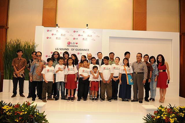 LG전자 직원들과 기부 대상 학교의 학생 및 교사들이 함께 기념촬영을 하고 있다.
