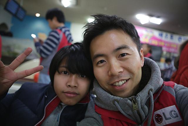 이주배경 청소년과 사진 촬영한 직원의 모습이다