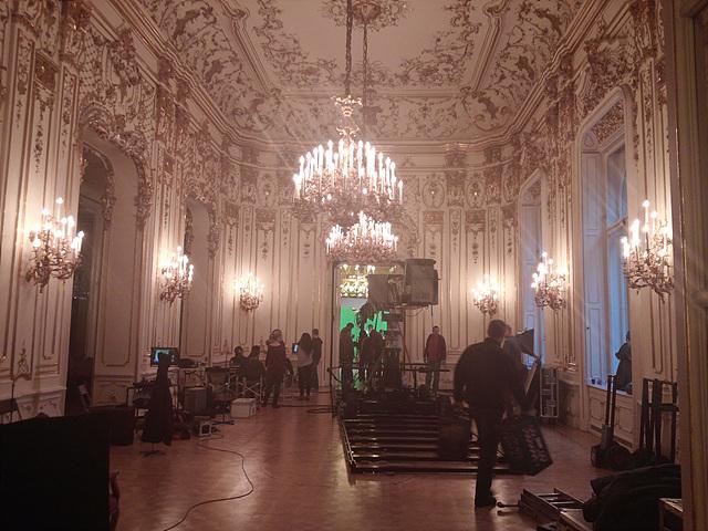 부다페스트 도서관 내부의 모습으로 천장에 샹들리에가 달려 있어 고급스러운 분위기를 자아낸다.