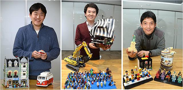 3명의 연구원들이 각자의 레고 콜렉션을 들고 찍은 사진이다.