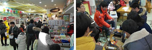 한국 근현대사 박물관 옆에 있는 못난이 박물관의 모습으로 왼쪽 사진에선 사람들이 옛날 장난감을 구경하고 있으며 오른쪽 사진에선 사람들이 둘러 앉아 추억의 간식을 구워먹고 있다.