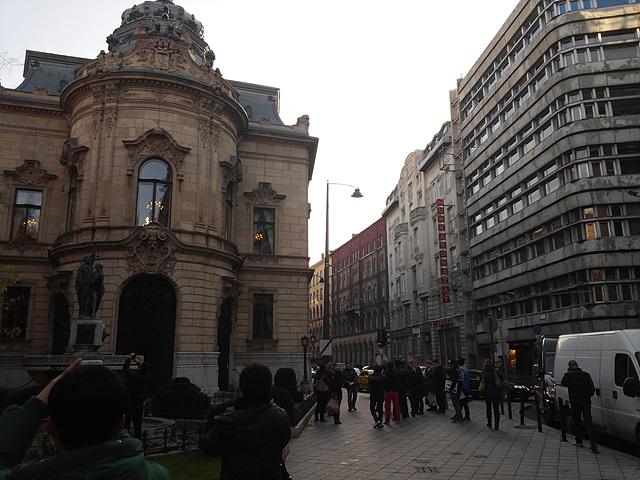 부다페스트 도서관의 외관으로 그 옆으로는 비슷한 높이의 건물들이 줄지어 서있다.
