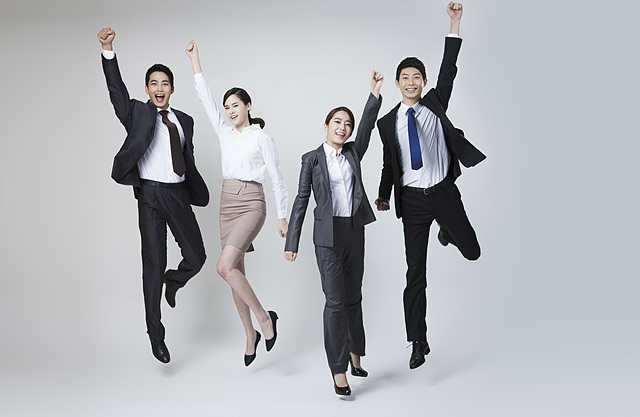 남녀 직원들이 손을 번쩍 들어올리며 점트하면서 환호하고 있다