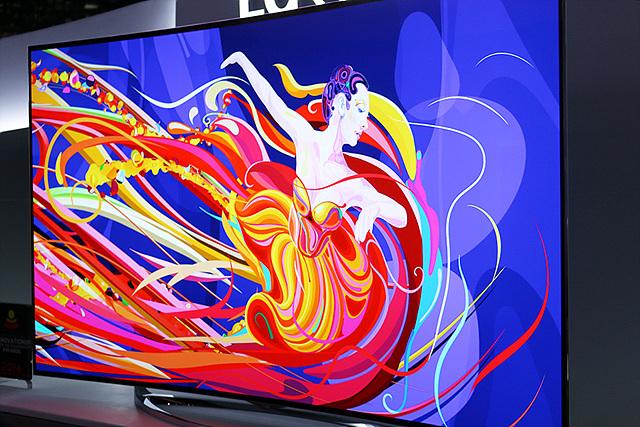 TV화면이 클로즈업 되어있다. TV안에는 여성이 무용을 하고 있다. 옷이 형형색색으로 표현되어 있다. 선명한 화질으로 색감이 그대로 전달된다.