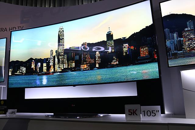 105인치의 커브드 UHD TV가 전시되어 있다. 곡선으로 휘어져 사진에서도 그 곡선을 느낄 수 있다.