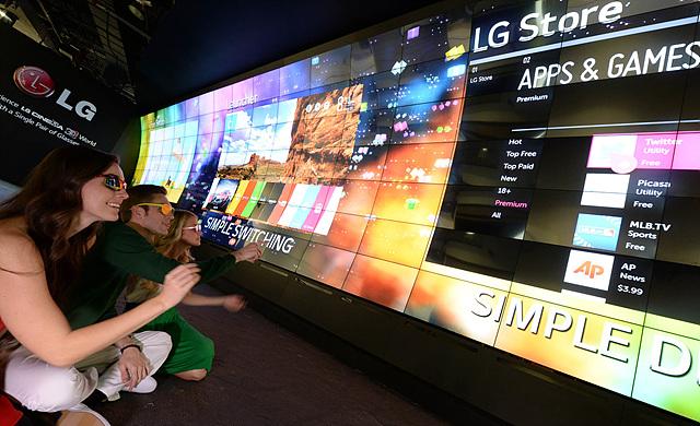 LG전자 부스 입구에서 설치된 3D 비디오월 체험중인 관람객들의 모습
